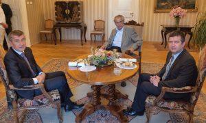 A vezető képen Andrej Babiš miniszterelnök, Miloš Zeman köztársasági elnök és Ján Hamáček a Szociáldemokrata Párt elnökének július 4-i tárgyalása idején készült fényképet látják Lány-ban, az elnök nyári lakosztályán. Fotó: ČTK