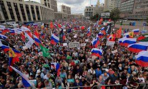 A vezető képünkön az augusztus 10-i moszkvai demonstrációt látják madártávlatból. Fotó: Aktualně.cz, ČTK.