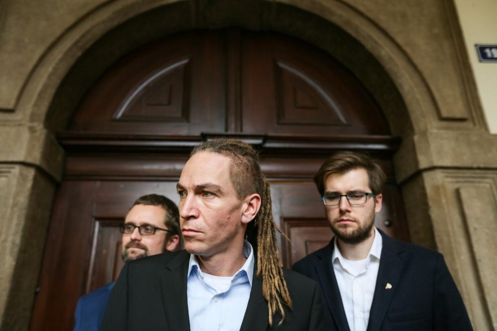 A fotón Ivan Bartoš az ellenzéki Kalózpárt elnöke (középen) és a párt két alelnöke. Fotó: František Vlček, MAFRA, Irozhlas.cz.