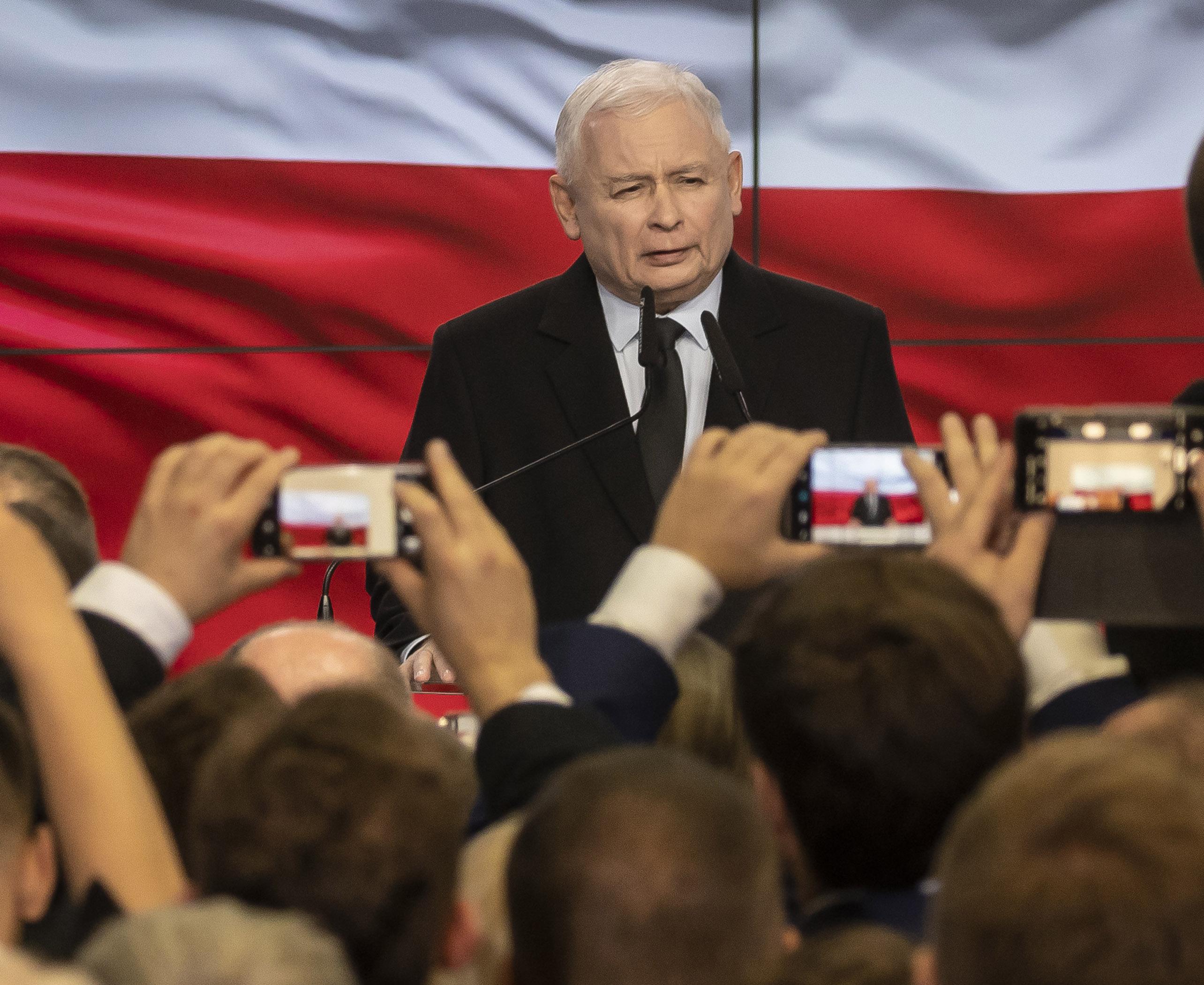 Kezdő képünkön Jaroslaw Kaczyński a Jog és Igazságosság pártelnökét látják a 2019 október 13-i lengyelországi országgyűlési választás éjszakáján. Fotó: TASR.