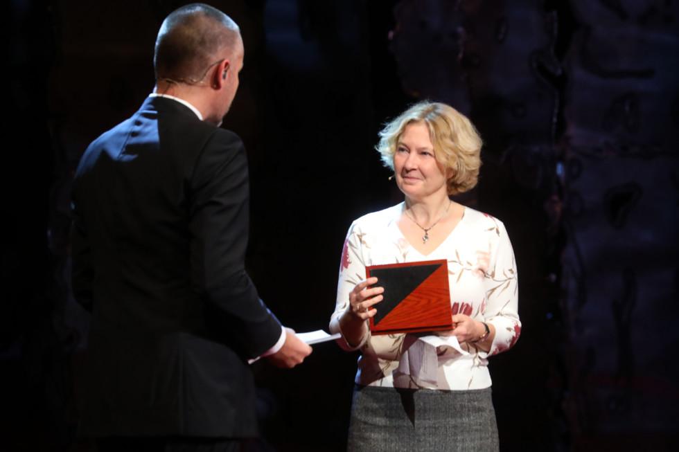Regéczy kitüntetését lánya vette át a prágai Nemzeti Színházban november 17-én (fotó: deníkn.cz). Az ünnepelt kérésére és tiszteletére balettművészek előadásában egy magyar harci dalt játszottak el.