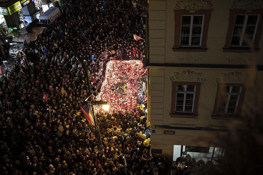 Vezető képünkön a prágai Albertov utcában a Bársonyos Forradalom kitörésének napjára emlékeznek az emberek mécsesekkel, virágokkal. Fotó: Denikn.cz.