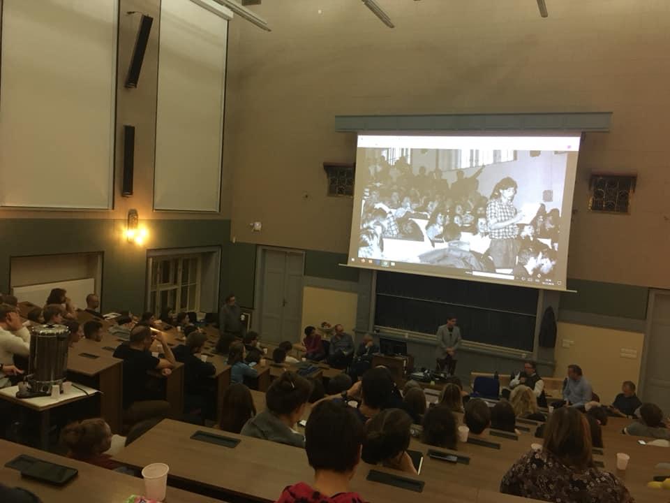 Az egyik hétvégi izgalmas beszélgetős programot a prágai Természettudományi Egyetemen tartották, ahol a 89-es diáktüntetés szervezőivel és főszereplői találkoztak mai egyetemistákkal. Fotó: a szerző felvétele.