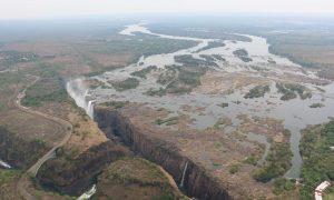 Vezető képünkön a félig kiszáradt Viktória vízesést látják madártávlatból 2019 december 1-én. Fotó: africaalbidatourism.com.