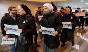 Vezető képünkön a prágai Főpályaudvar belső terében apácák követelika cseh kormányfő lemondását (Demise!) a 2019 december 10-én kezdődött csehországi kormányellenes új tiltakozáshullám első rendezvényén. Fotó:Lukáš Bíba, Aktualne.cz, ČTK