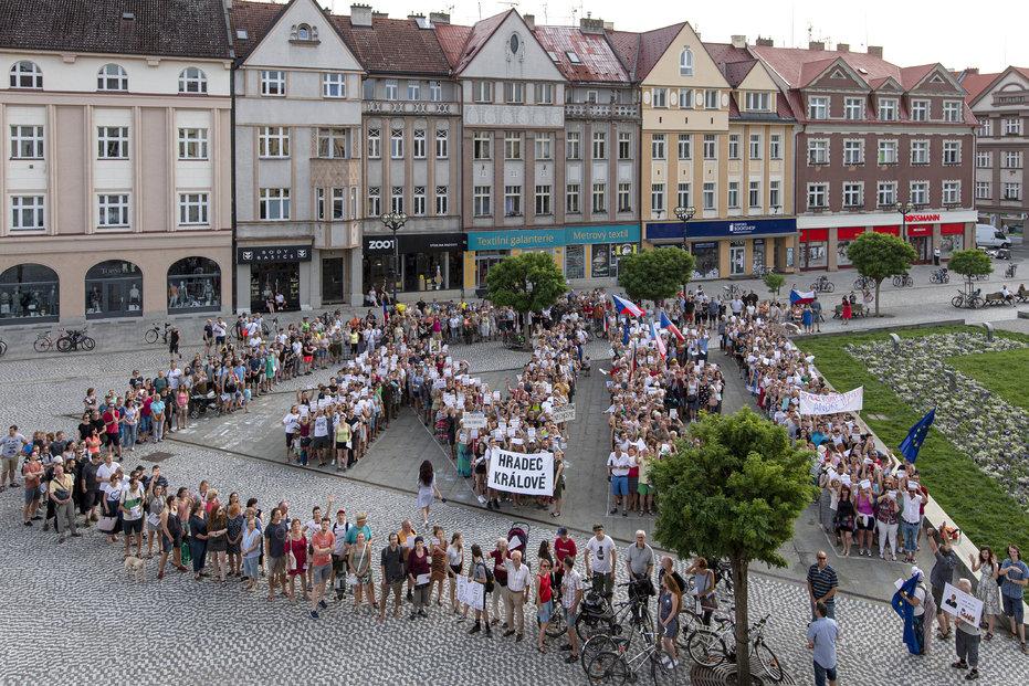 A képen a kelet-csehországi Hradec Kralové város T. G. Masaryk szobránál tartott demonstráció látható 2019 december 16-án, hétfőn. Fotó: ČTK