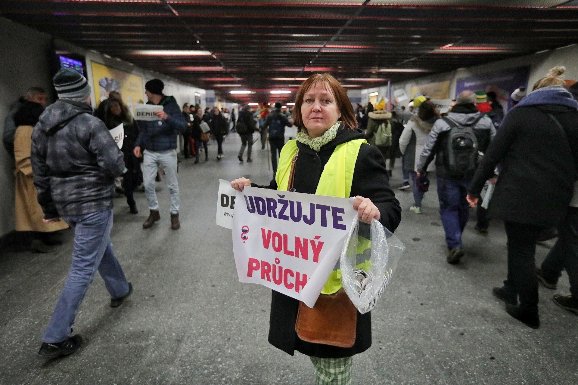 """""""Dodržujte volný průchod!"""" azaz, """"Engedjék a szabad átjárást!"""" felirattal a civil szervezet egyik aktivistáját látják a prágai Főpályaudvar egyik aluljárójában. Fotó: Jakub Pilhal, Aktualne.cz, ČTK"""