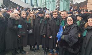 Vezető képünkön a talárba, bírói uniformisba öltözött tiltakozók egy csoportját látják a varsói Legfőbb Ügyészség épülete előtt 2020 január 11-én. Fotó: Marsz Tysiąca Tóg Facebook csoport.