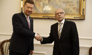 Vezető képünkön Stanislav Křeček frissen megválasztott ombudsmant látják, aki fogadja Tomio Okamura a Szabadság Közvetlen Demokrácia (SPD) szélsőjobboldali pártelnök és a cseh parlament alsóháza alelnökének gratulációját. Okamura egyébként Vojtěch Filip KSČM-elnököt helyettesítette a protokoll-fotón, mivel a kommunista párt elnökét szerdán infarktus gyanújával kórházba szállították. Forrás: Anna Vavríková, MAFRA