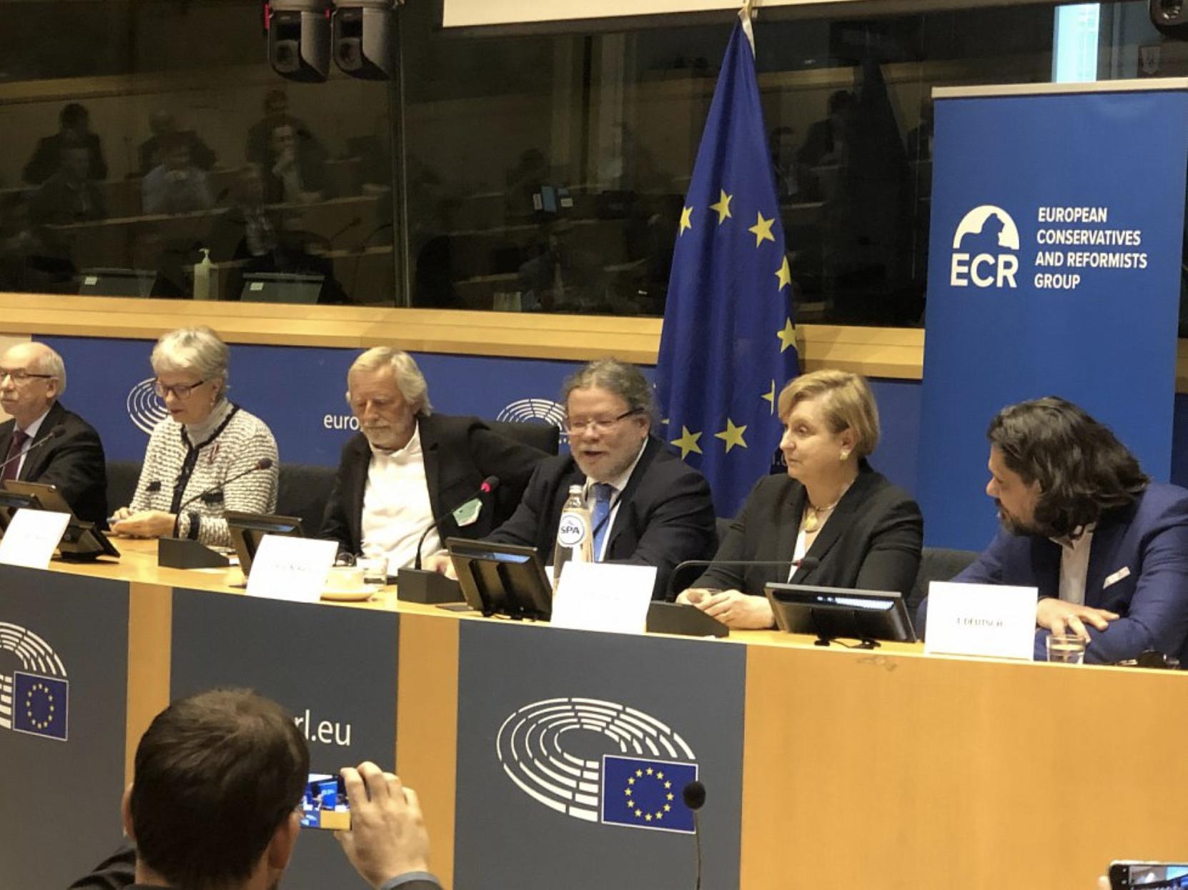 A kép jobb szélén Deutsch Tamás EPP-képviselő figyeli Alexandr Vondra, ODS EP-képviselő felszólalását. Kép forrása: Deník.cz, Kateřina Perknerová.