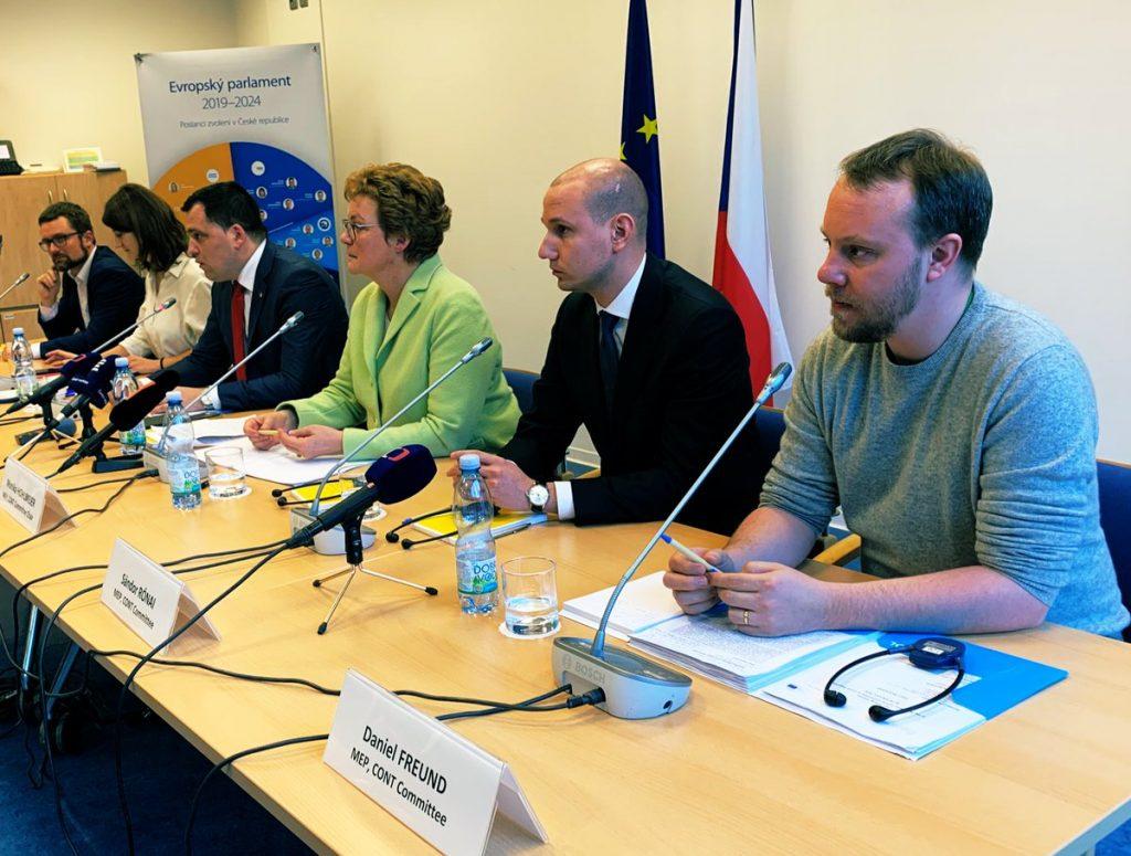 Vezető képünkön az Európai Bizottság küldöttségének március 5-i prágai sajtótájékoztatóját látják. Jobbról balra: Tomáš Zdechovský (KDU-ČSL), Monika Hohlmeier (CSU), a Költségvetési Ellenőrző Bizottság elnöke, Rónai Sándor (DK), Daniel Freund (Zöldpárt). Fotó: Roman Vondrouš, ČTK