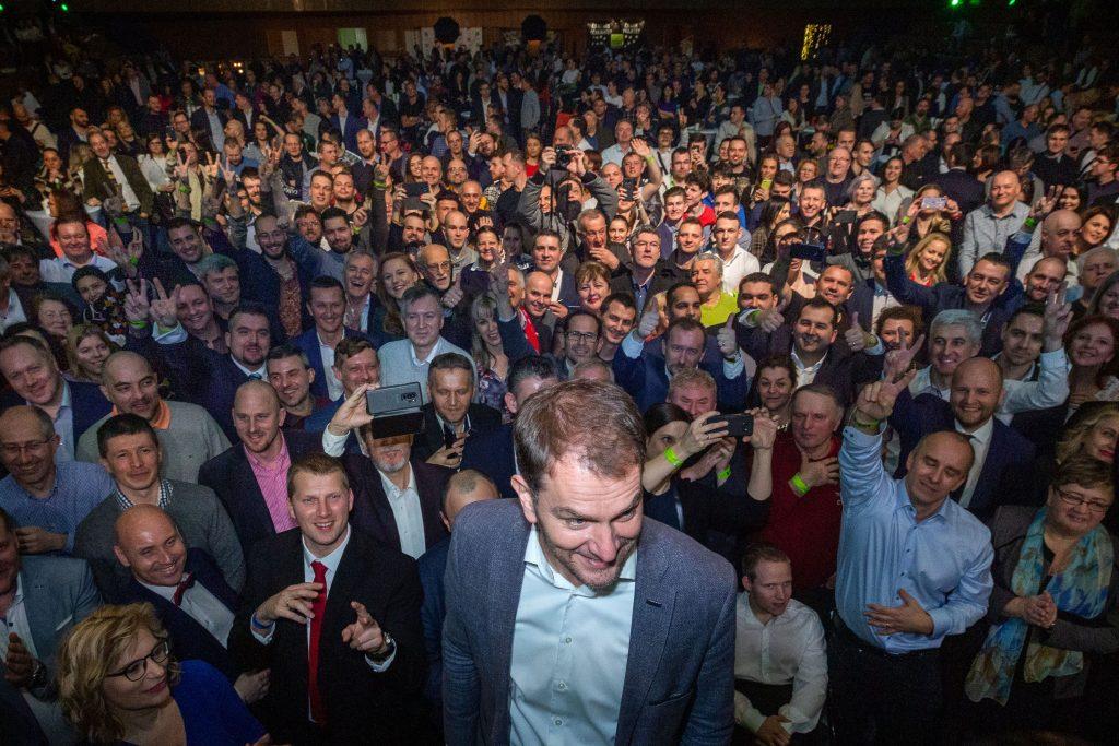 Vezető képünkön Igor Matovič nagyszombati vállalkozót, szlovákiai politikust látják az országgyűlési választás eredményhirdetése utáni közös fotózáson pártja szimpatizánsaival, Nagyszombatban, 2020 február 29-én, szombaton. Fotó: Tomáš Benedikovič, Dennik N