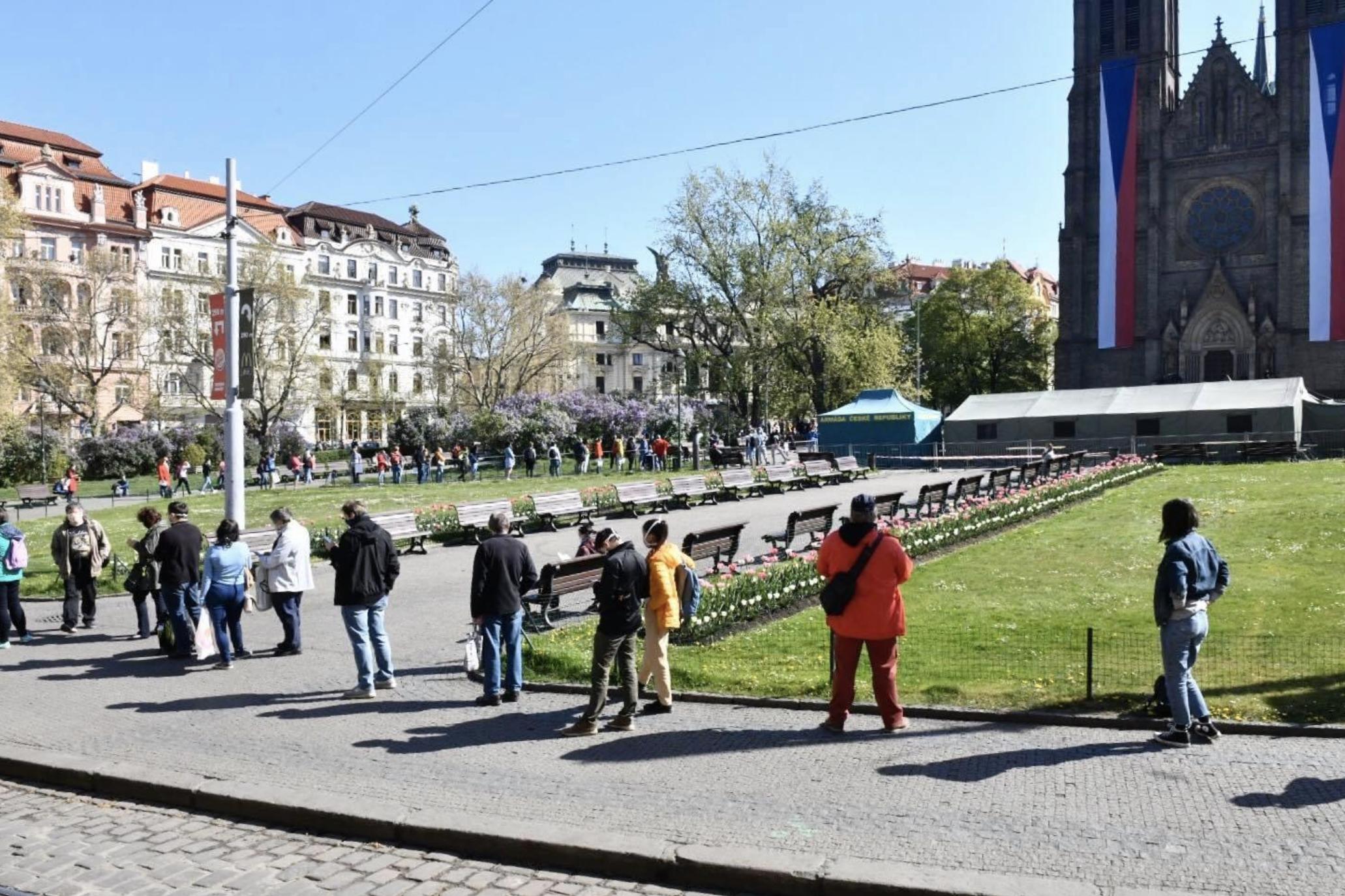 Vezető képünkön sorban álló embereket látnak a prágai Béke-téren (Námestí míru), ahol 2020 április 23-án megkezdődött az országos területi tesztelés a koronavírus ellen. A sorban várakozók két méter távolságot tartanak be egymás között. Fotó: Michaela Danelová, Forrás: Český rozhlas.