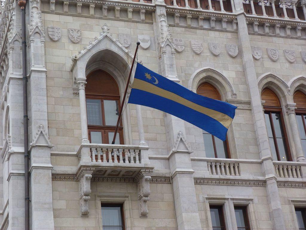 Nacionalista status quo. Székely lobogó az Országház erkélyén. Fotó: Wikipédia.