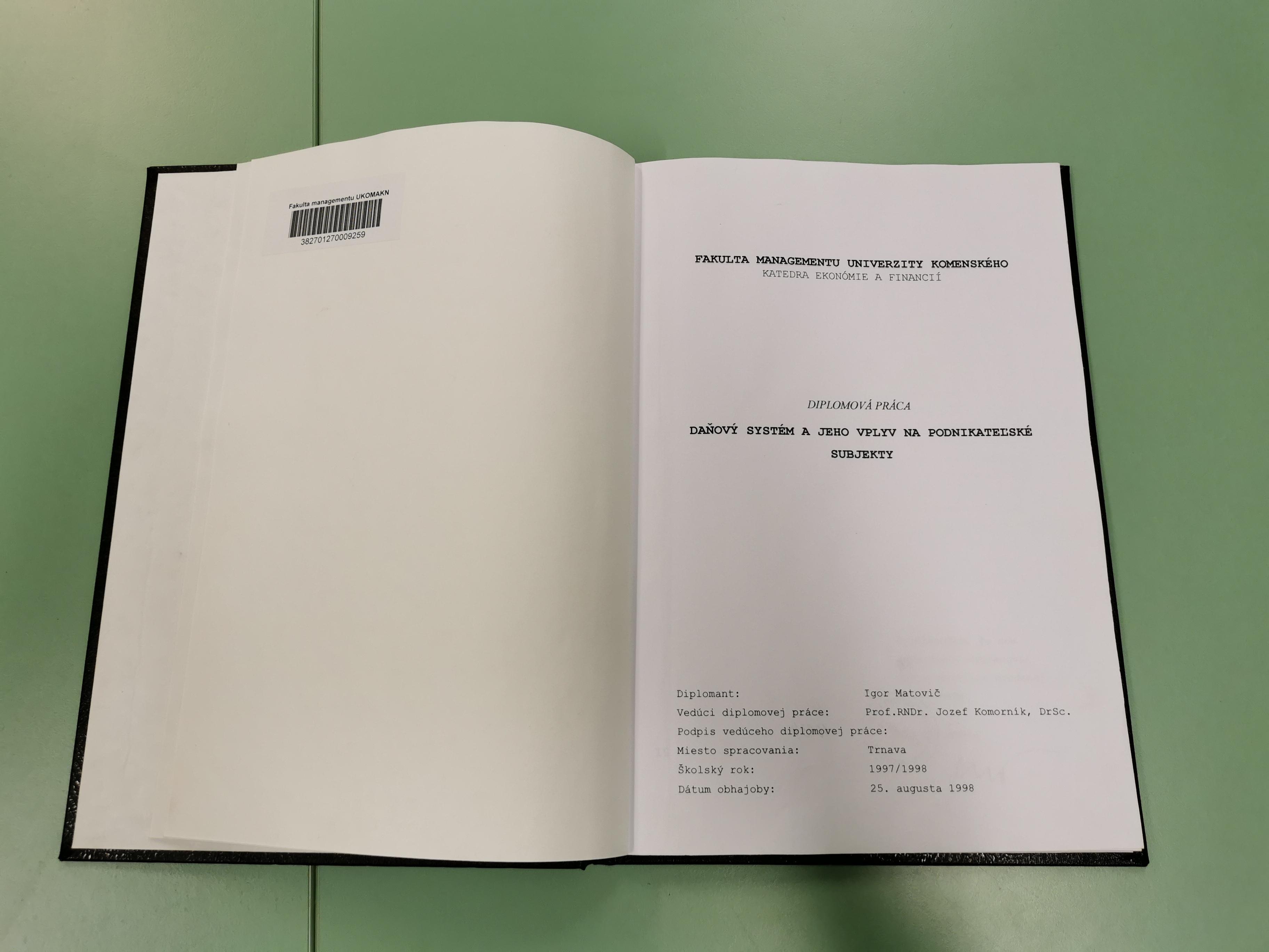 Vezető képünkön a szlovák miniszterelnök 1998-ban írt diplomamunkáját látják, amelyet a Denník N hírportál újságírója fotózott le 2020 július 14-én. Kép forrása: Denník N