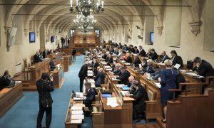 Vezető képünkön a cseh parlament felsőházának a szenátus üléstermét látják. Kép forrása: wikipédia.