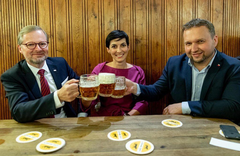Vezető képünkön három ellenzéki politikust látnak a legendás prágai Arany Tigris söröző (U zlatého tygra) asztalánál a 2020 októberi szenátusi és megyei választások első fordulójának urnazárása után, szavazatszámlálás előtt. Balról jobbra: Petr Fiala, az ODS elnöke, Markéta Pekárová Adamová a TOP 09 elnöke, Marian Jurečka, a Kereszténydemokrata Unió-Csehszlovák Néppárt elnöke. Fotó: Dominik Feri/Twitter