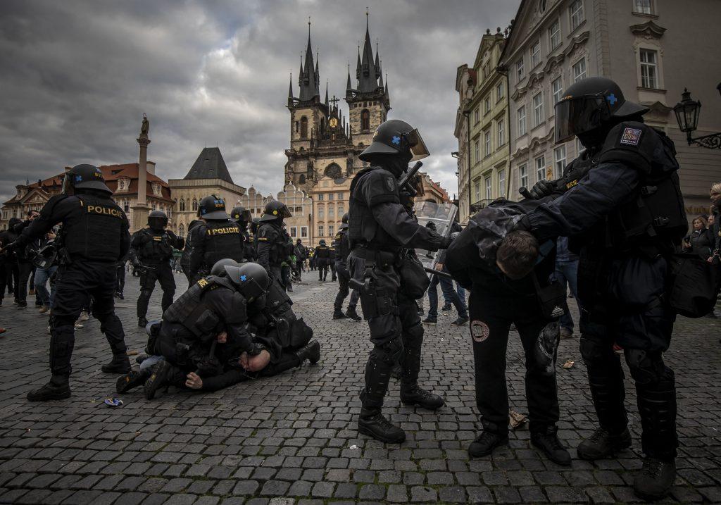 Vezető képünkön a prágai Óváros téren vasárnap délután a Polgári Engedetlenségi Mozgalom társaság által szervezett demonstráció lefújása után kitört zavargások miatt beavatkozó cseh készenléti rendőröket látják, 2020 október 18-án. Fotó: Gabriel Kuchta, Deník N.