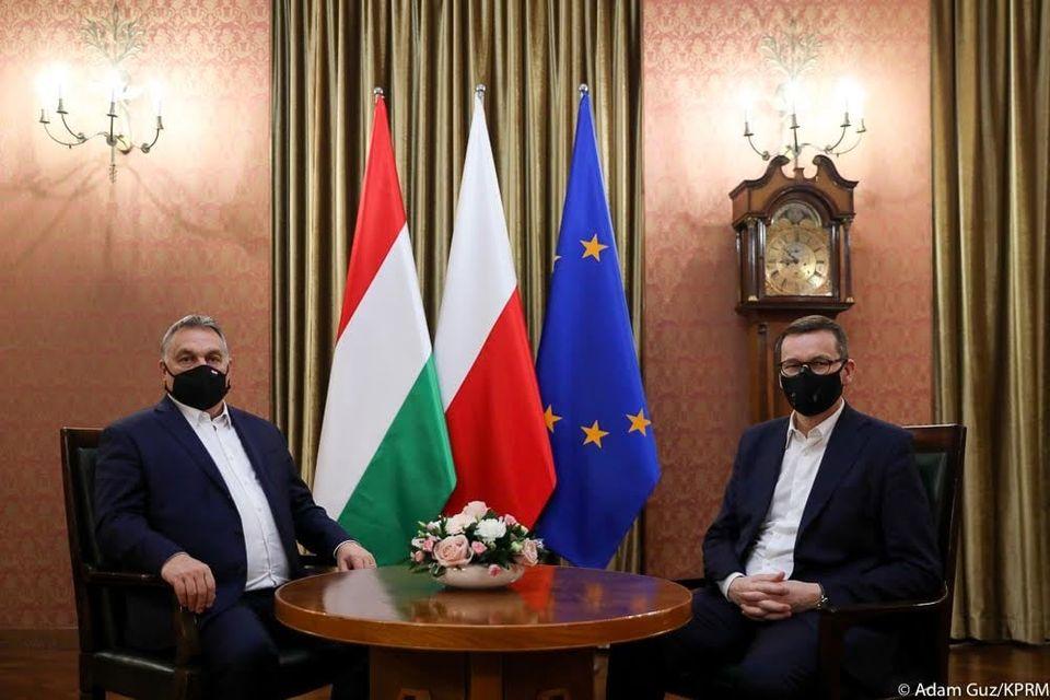 Vezető képünkön Orbbán Viktor és Mateusz Morawiecki hétfő esti tárgyalás közben 2020 november 30-án a hétfő esti órákban. Forrás: Mateusz Morawiecki, Facebook. Fotó: Adam Guz, lenggyel miniszterelnöki kancellária.