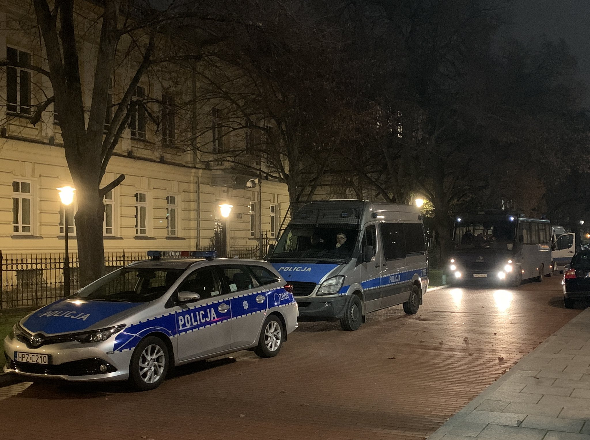 A lengyel-magyar miniszterelnöki találkozó idején rendkívüli biztonsági intézkedéseket vezettek be Varsóban 2020 november 30-án. Kép forrása: Oko.press, Twitter.