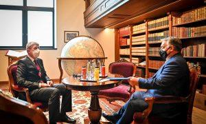 Vezető képünkön Andrej Babiš cseh miniszterelnök (balra) hallgatja Orbán Viktor magyar miniszterelnök (jobbra) beszámolóját a magyarországi koronavírus világjárvány ellen meghozott intézkedésekről a Karmelita kolostor egykori épületében 2021 február 5-én. Fotó forrása: Andrej Babiš Facebook oldala.