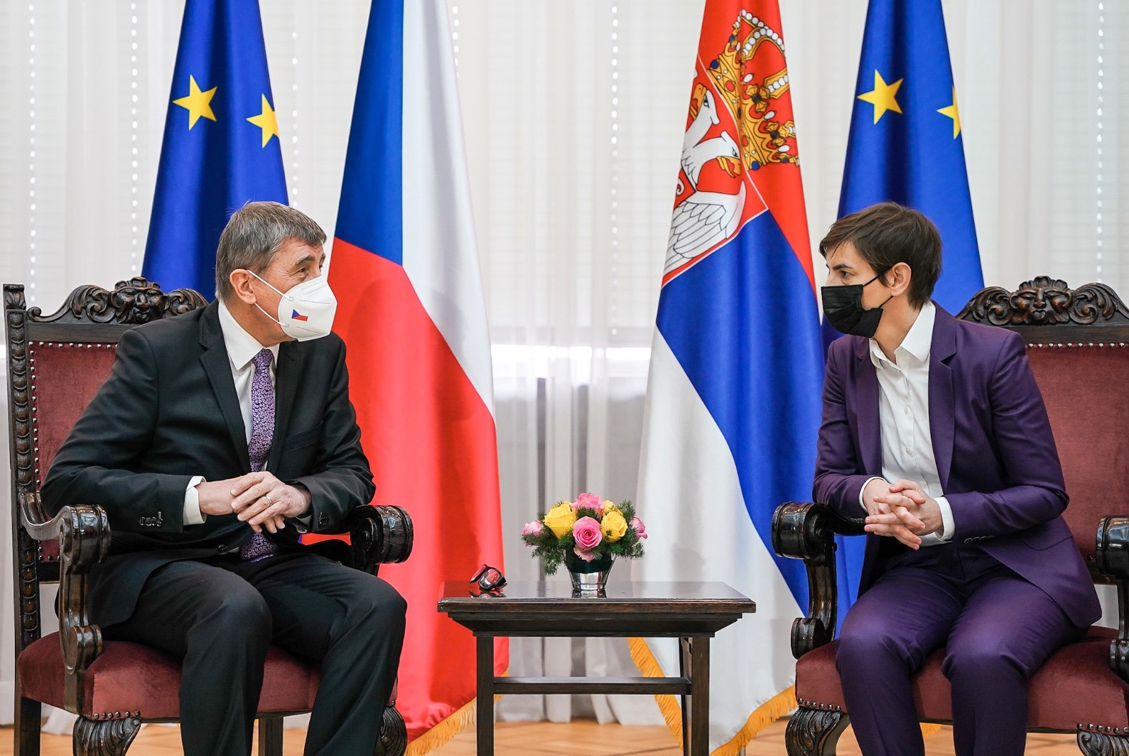 Képünkön Andrej Babiš cseh miniszterelnök (balra) és szerbiai kolléganője, Ana Brnabič pózol a találkozó hivatalos fotóit készítő riporterek előtt a belgrádi miniszterelnöki hivatal épületében, 2021 február 10-én. A kép forrása Andrej Babiš Faecbook oldala.