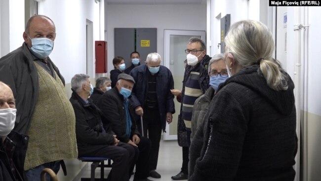 Képünkön az észak-koszovói Leposavic kórház egyik várótermében gyülekező embereket látják, akik a Szerbiából érkező vakcina beadására várnak 2020 december 25-én. Fotó: Maja Fićović, Szabad Európa Rádió.