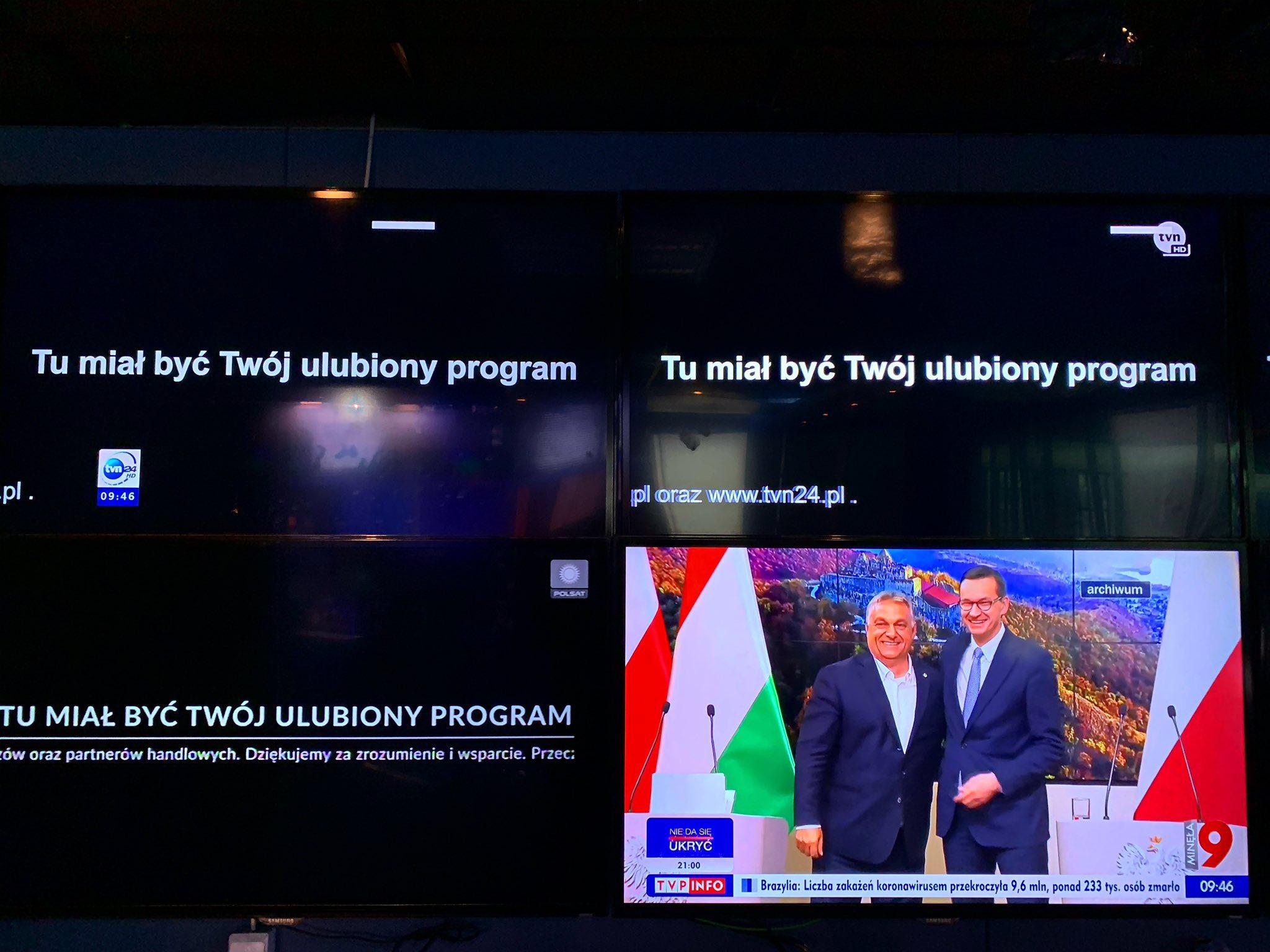 Vezető képünk azt mutatja, hogy nem minden televíziós csatorna csatlakozott az egy napos sztrájkhoz. A kormányközeli köztévén éppen egy szimbolikus jelenetet láthatunk. A lengyel ellenzéki pártok szerint a lengyel média megadóztatása magyar mintára történik. Forrás: Twitter, Maciej Sokołowski a TVN kereskedelmi csatorna brüsszeli tudósítója.