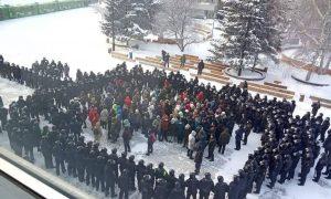 Vezető képünkön azt látják, amikor a Alekszej Navalnij orosz ellenzéki politikus szabadon engedéséért demonstrálókat a rendőrség körbevette az oroszországi Krasznojarszkban, 2021 január 31-én, vasárnap. Kép forrása: Twitter.