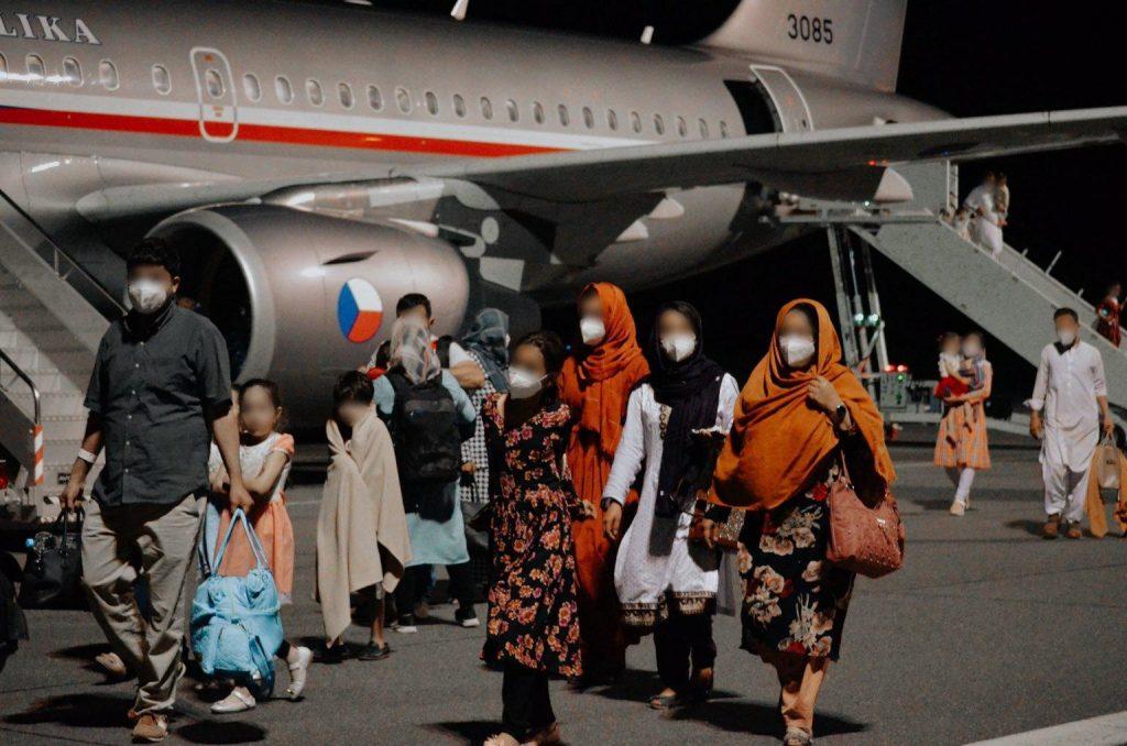 Vezető képünkön a második cseh evakuációs gép csehországi leszállása utáni pillanatok láthatók, a kbelyi repülőtéren, 2021 augusztus 17-én, este tíz óra után. Kép forrása: a cseh hadsereg (Armáda ČR) Twitter-csatornája.